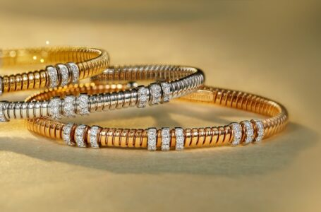 Stunning Gold Bangle Designs for an Edgy Look